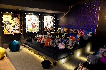 É possível criar uma sala para filmes com itens de decoração criativos.
