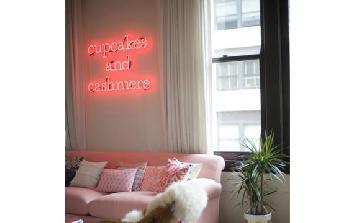 Neon na decoração deixa o ambiente divertido.